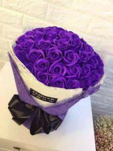 Hoa sáp thơm màu tím được phối cùng 4 lớp giấy mếch, bên trong là giấy trắng, bên ngoài là giấy tím. Đính thêm một sợi dây thắt nơ đen chất liệu phi bóng . Bó hoa hồng sáp thơm màu tím đậm đã thêm phần sang trọng.