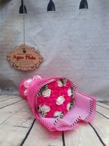 Giấy mếch màu hồng luôn luôn phù hợp với hoa màu hồng và màu trắng. Đem lại sự nhẹ nhàng, dễ thương cho những cặp đôi bắt đầu tình yêu hay là muốn dành cho cô bạn thân một bó hoa nhân dịp sinh nhật. Là con gái ai không yêu màu hồng đúng không nhỉ?